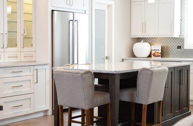 Cocina blanca con detalles en otros colores