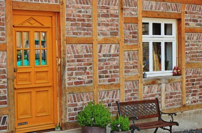 Puerta rustica con ventanas pequeñas