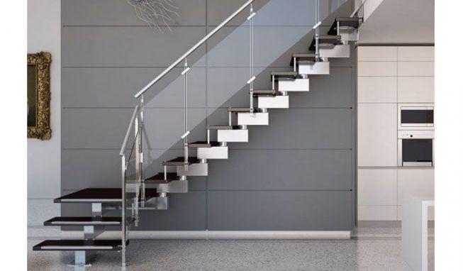 Escaleras de metal y con varandas de cristal