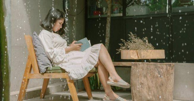 Leer un libro en el hogar