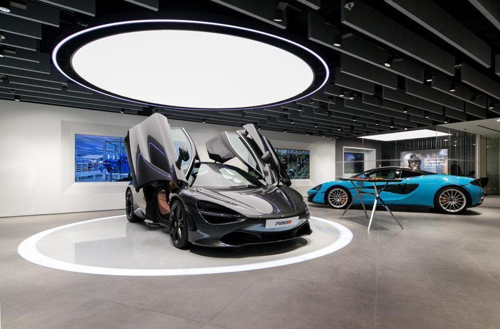 Treballs a la tenda McLaren de Barcelona