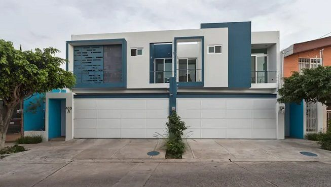 fachada pintada en azul y blanco