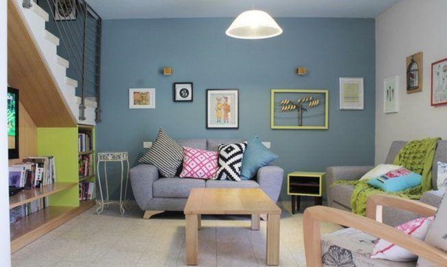 Colores claros en la decoración de sala de estar sin ventanas
