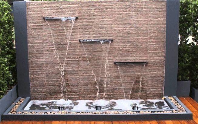 Fuente de agua en jardín