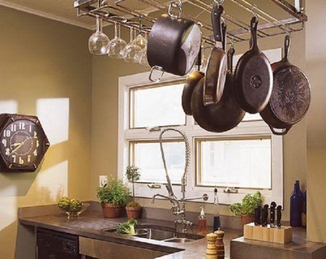 Barra con ollas en la cocina
