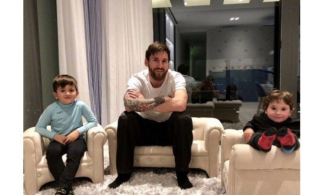Messi con sus hijos en casa
