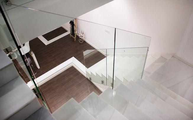 Escalera blanca y cristal