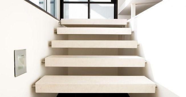 Escalera con peldanos de piedra
