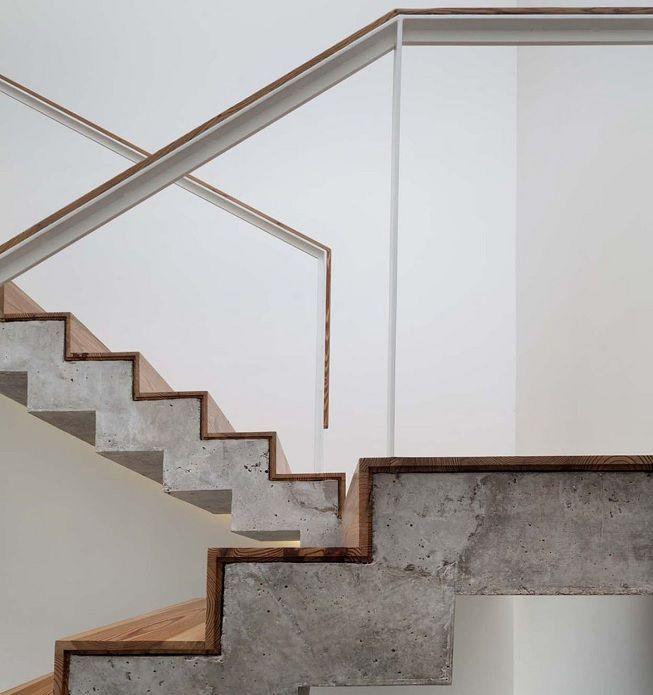 Cemento y madera en escalera