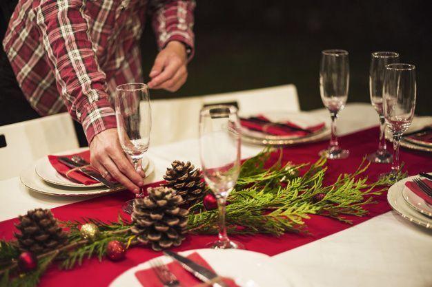 Decorar la mesa para una cena